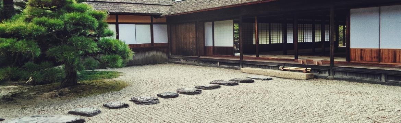 Písek, kameny, mech. A uklidňující zenová zahrada je na světě …