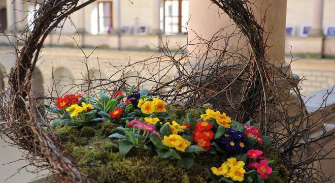 Múzy mezi květinami je výstava, která voní