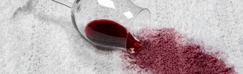 Aby nehody zůstaly bez následků: Jak odstranit skvrny od červeného vína z oblečení, koberců a dalšího