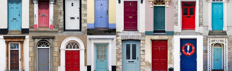 Vstupní dveře vypadají nenápadně, mohou o vás ale mnohé prozradit. Napadá vás, co například?