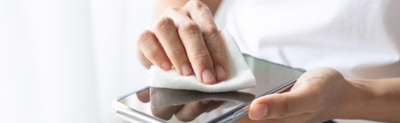 Víte, jak správně očistit telefon a zbavit jej choroboplodných zárodků? Dělat byste to měli alespoň dvakrát týdně