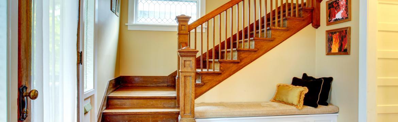 I prostor pod schodištěm může být zajímavým designovým prvkem