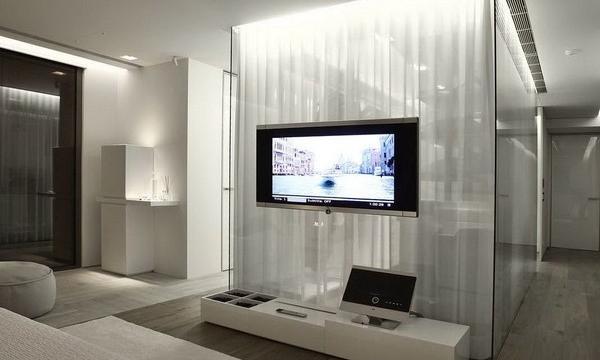 Televize v ložnici. Narušitel, nebo důležitá součást pokoje?