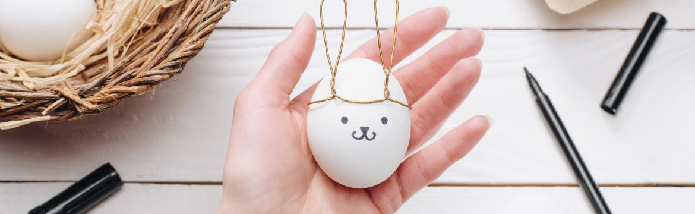 Malování velikonočních vajíček je fajn zábava jak pro děti, tak pro rodiče