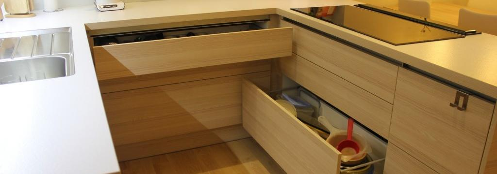 Jak v kuchyni vytvořit více úložného prostoru a ještě mít o věcech i přehled?