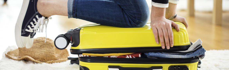 Přeskočte dlouhé čekání na odbavení, ušetřete se tahání těžkého kufru… Naučte se cestovat s příručním zavazadlem!