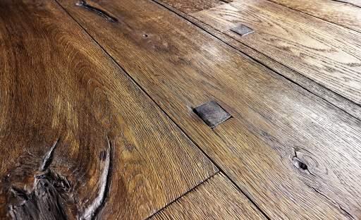 Olejované dřevěné podlahy vyžadují po ukončení topné sezóny péči