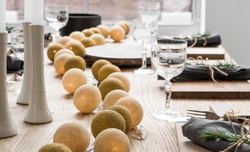 Mnoho podob slavnostně prostřeného stolu