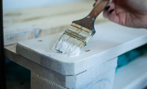 Minimalistický nábytek z dřevěných palet, který si vyrobíte svépomocí