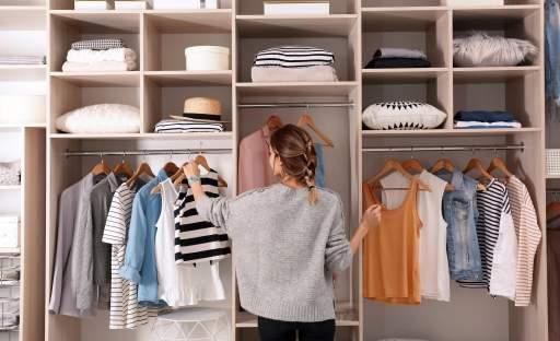 Správná organizace šatny či šatní skříně vám ušetří nervy i finance