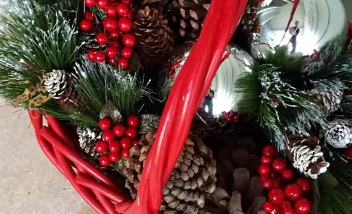 Do vánočně vyzdobeného interiéru patří i cesmína