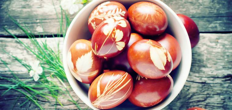 """Klasické barvení vajíček po staru aneb """"co dům dá"""""""