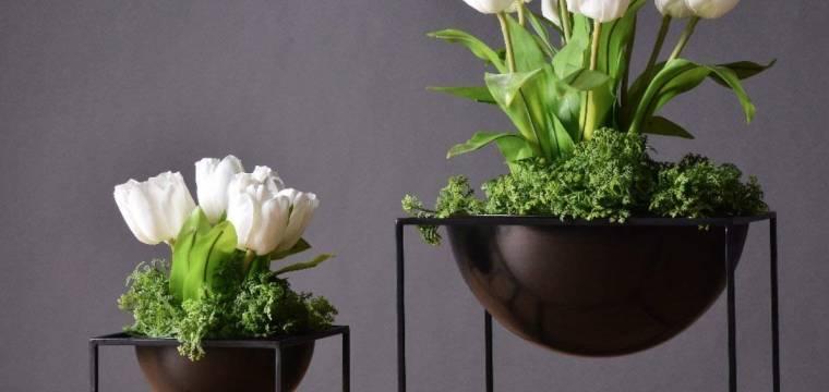 Ve spojení chladného kovu a něžné krásy květin